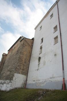Časť hradieb shospodárskou budovou