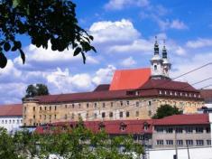 Súčasť hradného komplexu je bývalý kláštor trinitárov akostol