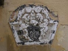 Erb Ostrožičovcov zr.1652 nahradnom múre