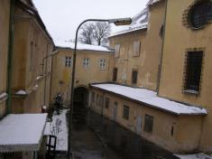 V areáli hradu sa nachádza kostol-zamrežované okná vpravo